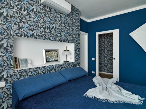 спальня с комбинированными обоями
