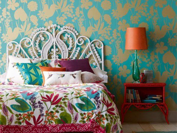 спальня с яркими обоями