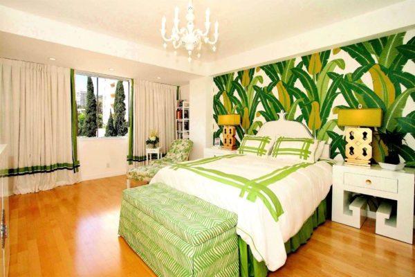 спальня с зелёными обоями