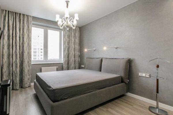спальня с серыми обоями в стиле минимализма