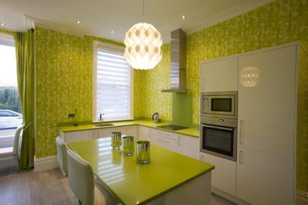 кухня с зелёными обоями