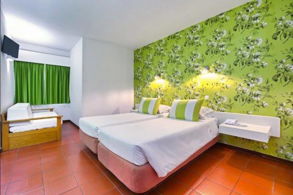 зелёные обои в спальне
