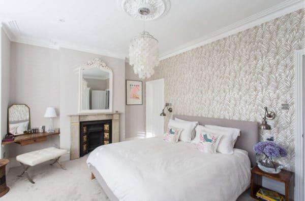белые комбинированные обои в спальне