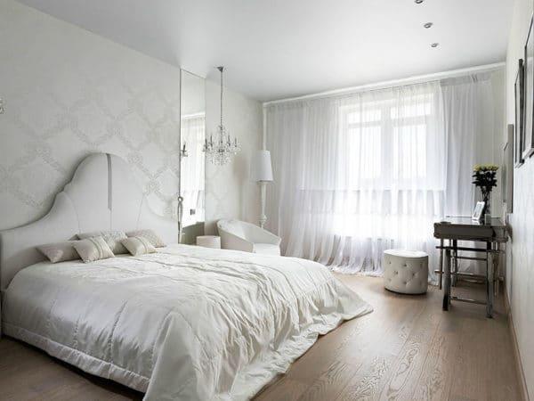 белые обои в интерьере спальни