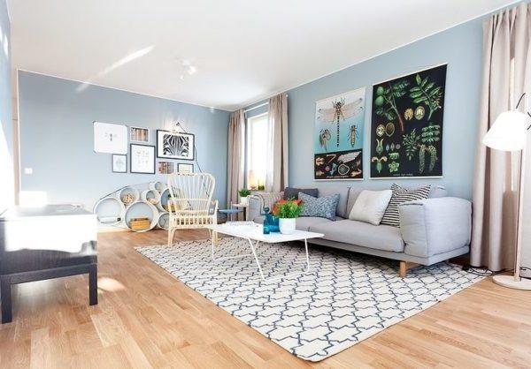 голубые обои в гостиной скандинавского стиля