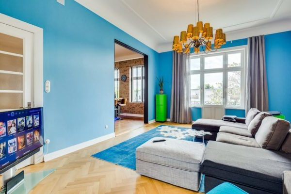 Голубые обои в гостиной