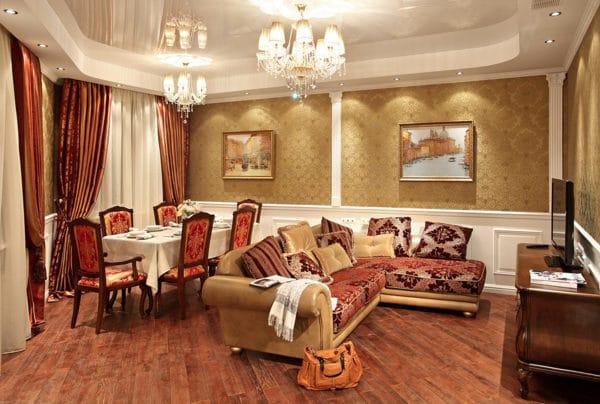 гостиная с золотыми обоями