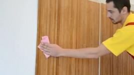 Поклейка бамбуковых обоев на стену